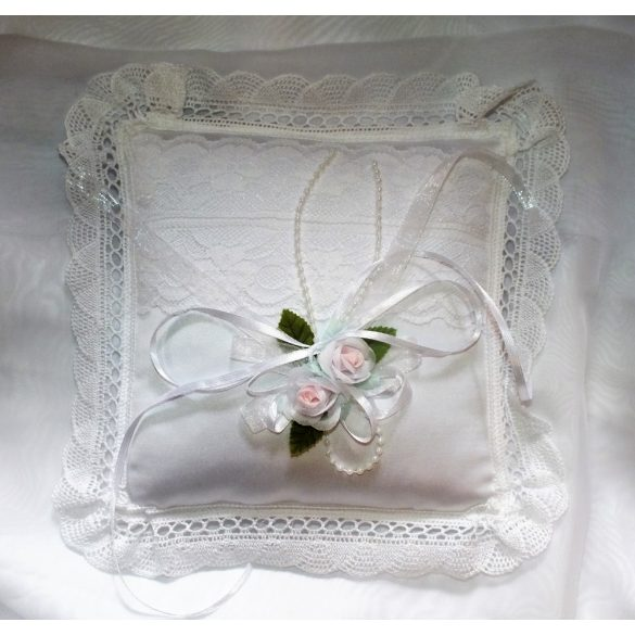 Csipkés gyűrűpárna-szatén virágokkal