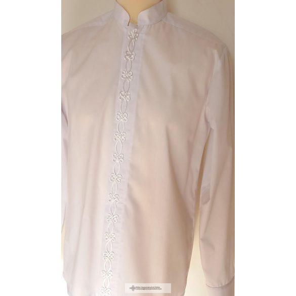 Lässiger Mann im weißen Hemd