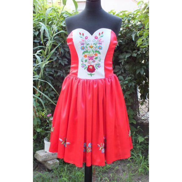 Hímzett menyecske ruha, kalocsai mintával