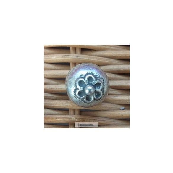 Pitykegomb-ezüst színű