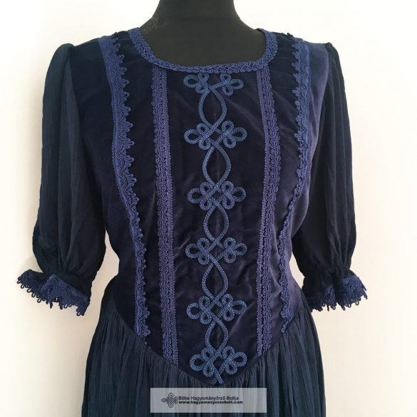 Női ruha, kék díszítéssel
