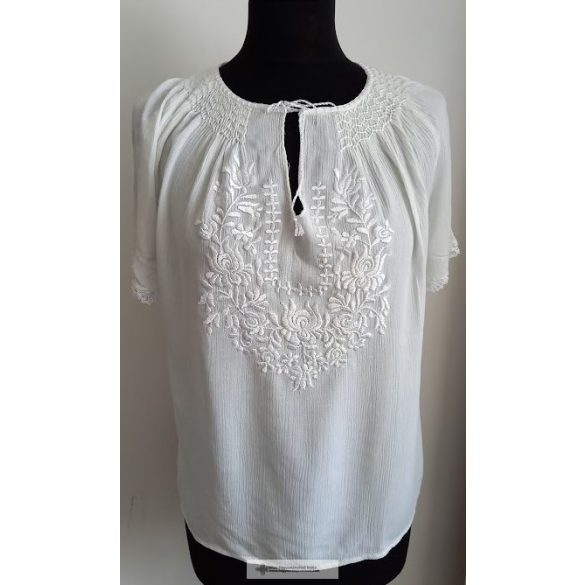 Embroidered blouse with matyo pattern